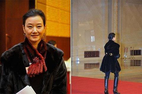 2012年两会开幕,政协委员宋祖英被拍到穿皮草大衣、脚踏香奈儿金色链条长靴,映衬金腰带,十分抢眼。