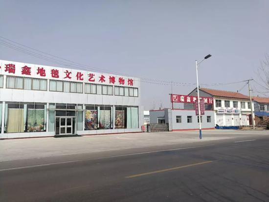 近年来,在经济萧条,以及欧美品牌纷纷将各类代工厂搬至东南亚的大环境下,死掉的民营工厂不计其数。譬如瑞鑫曾经的竞争对手,规模更大的潍坊地毯厂就已经宣布倒闭。