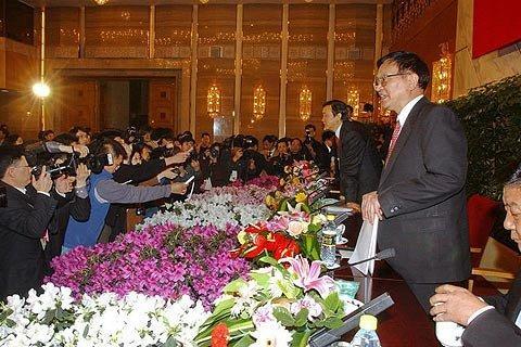 2004年3月,政协发布会主席台鲜花簇拥。