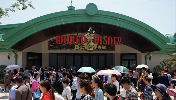 第一批体验上海迪士尼的人  已哭晕