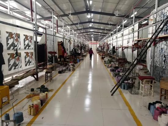 尽管一个偌大的前序加工车间可以容纳至少 40 块 3 米*6 米的地毯案板,但算下来,人工每天的生产效率其实并不高。