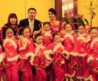 2010年度鄂商风云榜颁奖晚宴主持人与小演员合影