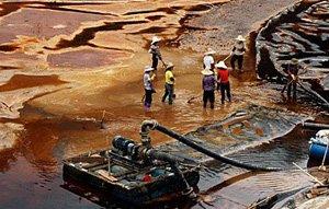 工人处理紫金山铜矿湿法厂污水池中的含铜酸水