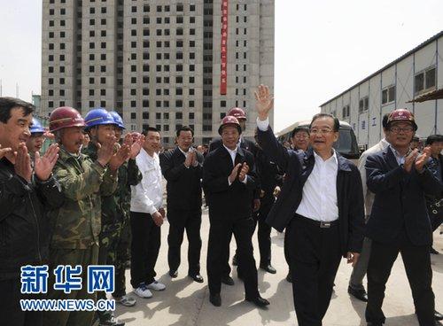 """温家宝""""五一""""节到保障性住房建设工地看望工人"""
