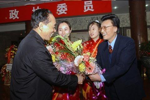 2003年3月,北京,委员到达驻地礼仪小姐和宾馆领导用鲜花迎接。