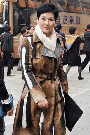 """""""涉保险交易""""传言尚未完全平息,李小琳就于2013年10月28日出现在中国妇女第十一次全国代表大会会场,她一身""""皮草"""",依然高调,引发网友""""保护动物,抵制皮草""""的热议。随后有时尚频道证实,这身衣服既不是""""皮""""也不是""""草"""",而是ROBERTO CAVALLI2013秋冬系列纯棉印花外套,价格为34650元人民币。"""