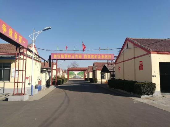 这家名叫瑞鑫的大型民营地毯制品公司,其前身是 1988 年成立的小桑福利地毯厂,后来被现任董事长黄春生等人买下。