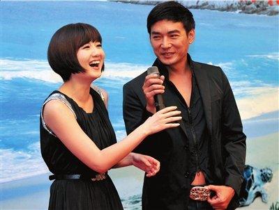 焦恩俊蒋小涵携手护海龟图片