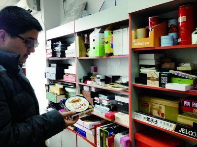 天泽包装公司的王经理向记者展示可以制作DANISA包装盒 摄/法制晚报报暗访组