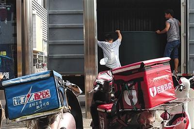 2017年8月21日,北京中关村,百度外卖、饿了么送餐员把电动车停在一起。图/视觉中国