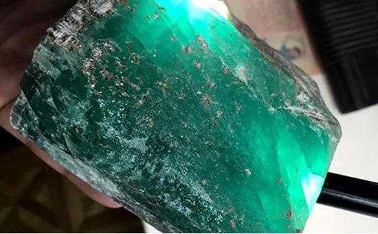 俄罗斯发现一祖母绿原石 重达1.6公斤