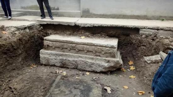 青州县前街发现重9吨的文物 或为古牌坊底座