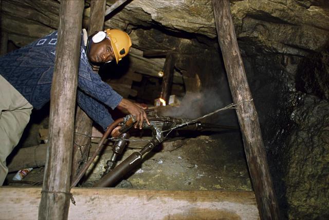 南非金矿碰到大年夜费事 很多金矿赔本运营