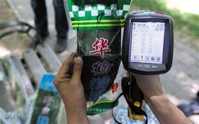 5月28日,阜成门外大街,铜含量实验中,一款粽叶被测出含铜量高达988PPM。
