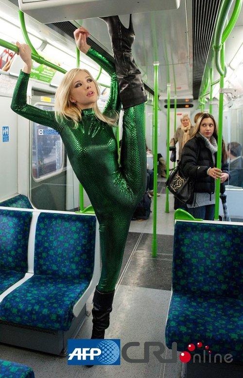 俄罗斯柔术女孩在伦敦地铁上表演柔术组图