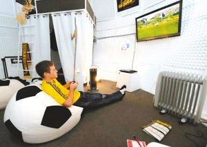 澳男子住进巨型足球 看球睡觉薪水不菲