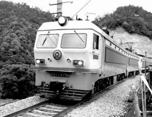 一列图纸在鹰厦铁路上行驶400标准下运动场免费货车米图片