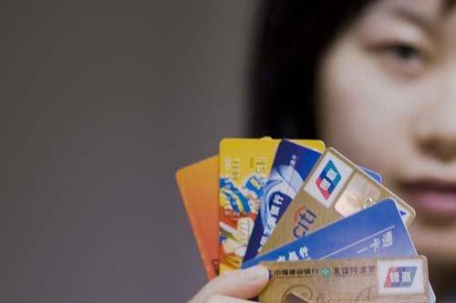"""银行收费""""钱规则"""":百元存款三年被扣至60元"""