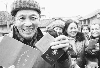 3月8日,湖南省邵阳县九公桥镇合意村的农民正在办理社保待遇领取手续。该县10万余名农村老人领养老金。   李爱民 唐朝晖摄