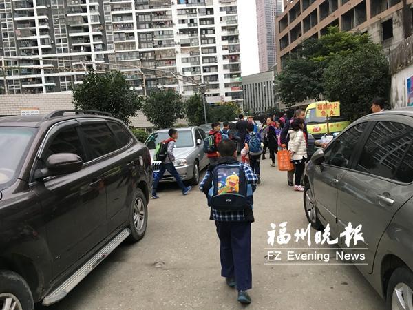 台江三小旁小路成停车场 车与学生抢路
