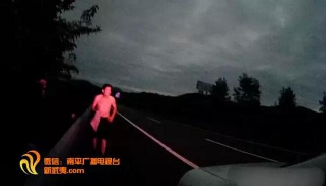南平一男子竟在高速晨跑 他的回答令人哭笑不得