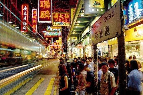弥敦道街头人头攒动.-恋上别样香港 一个鉴证爱情的缤纷都市图片