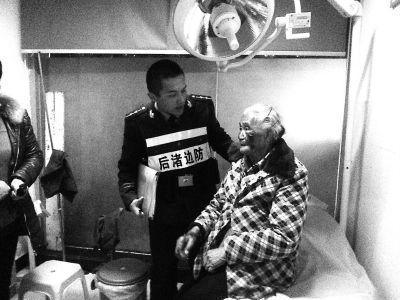 边防民警吴桐在看望老人