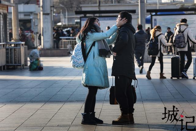 """情人节撞上春节 返乡情侣上演""""离别的车站"""""""