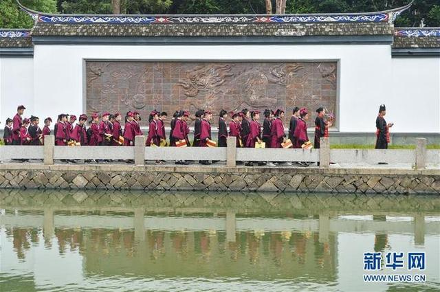 """(教育)(3)福建福州:开学第一课 体验""""入泮拜师礼"""""""