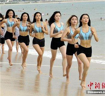 高校女子健身队海边集训 满屏都是腿