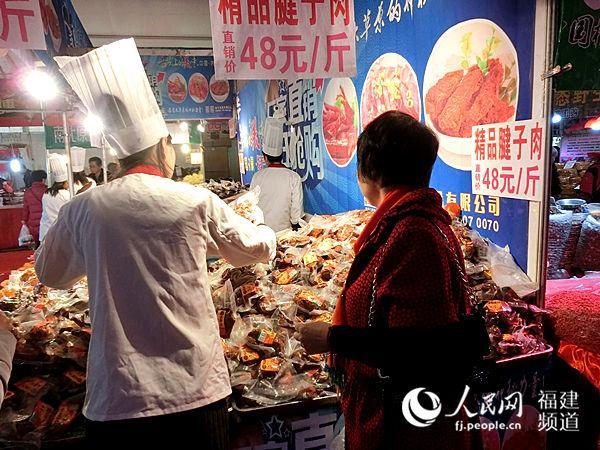 市民陈大姐为在外求学回家过年的孩子挑选零食