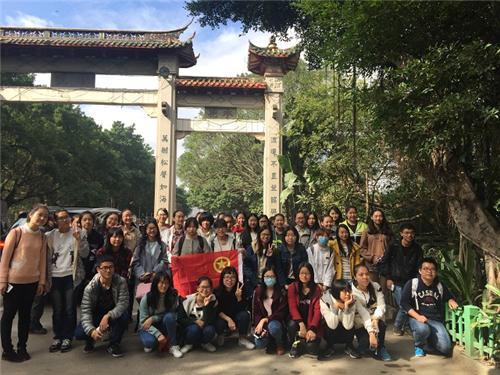 师大学子观革命史馆爬鼓山 重温红军革命力量
