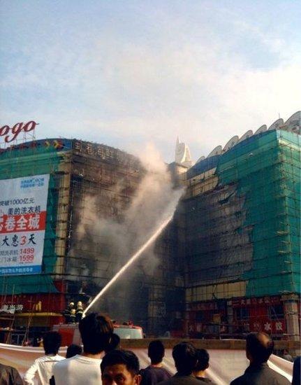 宝龙城市广场外墙脚手架起火 大火已被扑灭