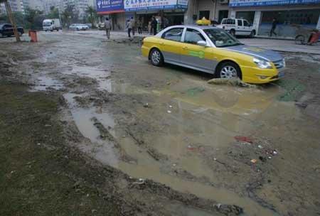 金山某小区外污水管被碾爆 人行道遭水淹