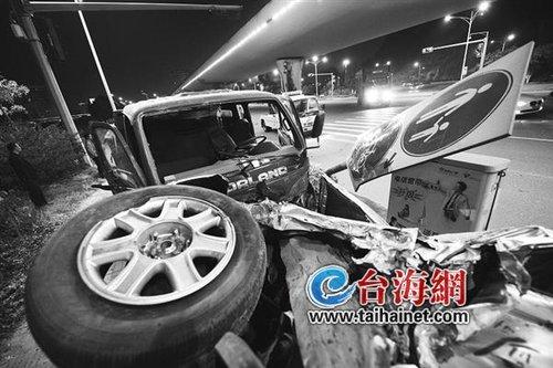 """长岸路:面包车与货车相撞 司机""""飞""""出面包车"""