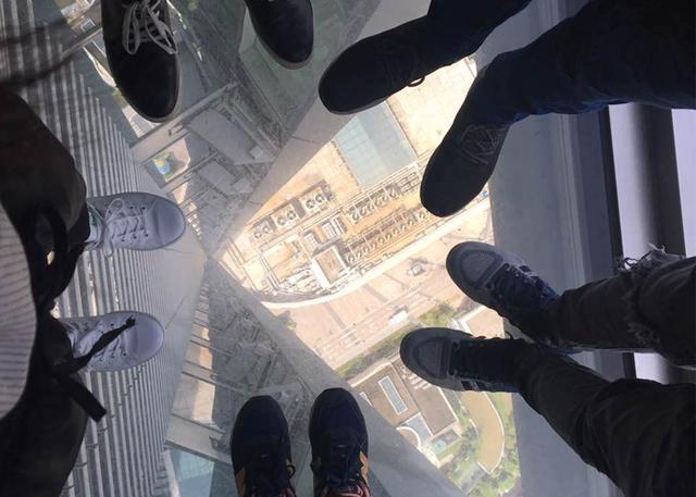 三百米高空上演名牌大战 老外含泪咽下残酷惩罚