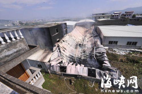 棉制品厂的整个铁皮屋烧塌了
