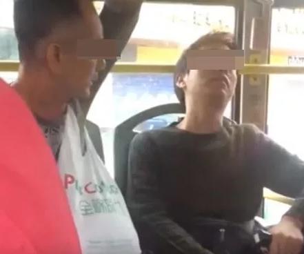 厦门公交车上 一老人换座不成将小伙骂到崩溃