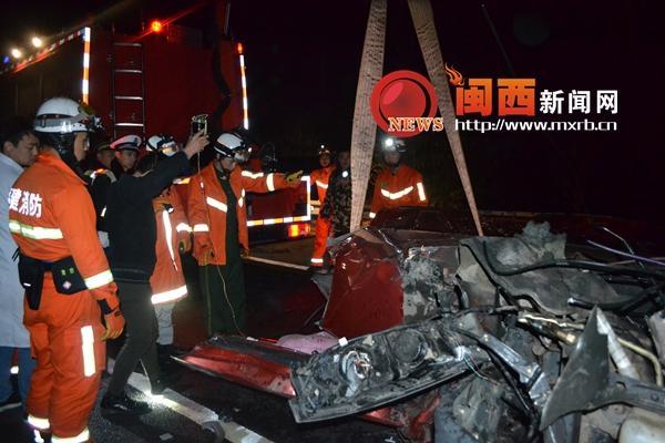 厦蓉高速路上两车追尾 父亲逃出儿被困驾驶室