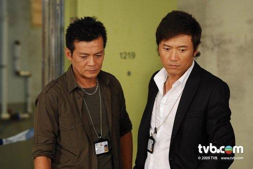 黄日华(左)和苗侨伟主演的《刑警2010》成为他的回巢之作