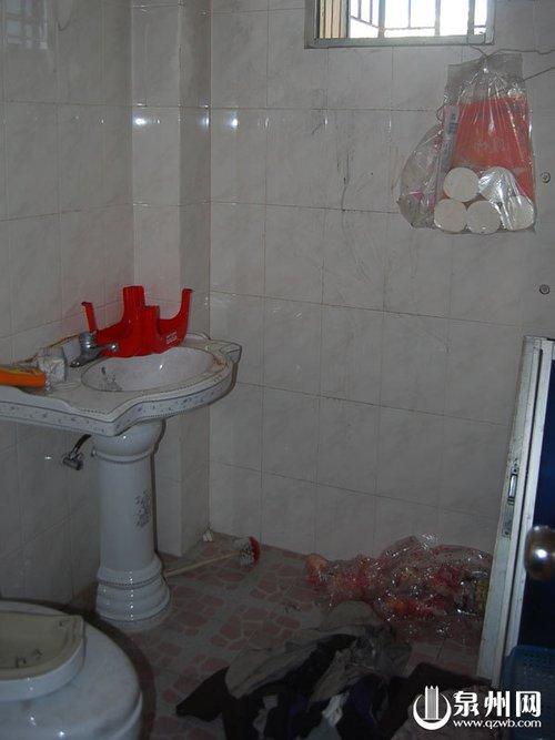 火灾时躲到卫生间和窗台一家五口得救