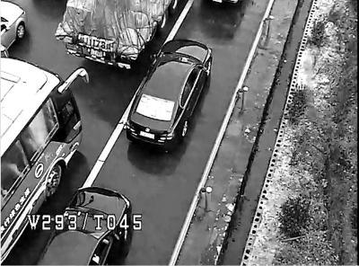 """五一高速成""""停车场"""" 自驾车在主车道上倒车"""