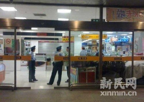 上海三蒙面男子持枪抢劫金店 得手后逃离
