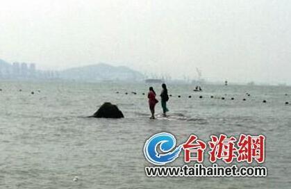 两长裙女游客在厦被困礁石 水淹脚边仍淡定看海