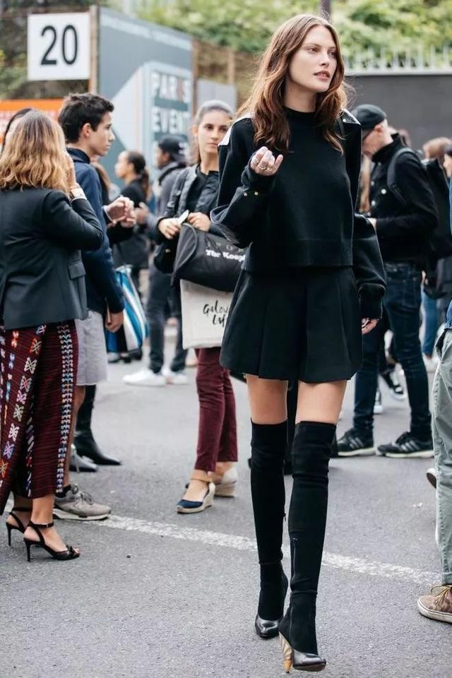 都说黑色很沉闷 可是为什么穿黑色的她们看起来更时髦
