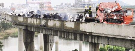 货车福州高速路上起火 百万元棉纱烧成灰