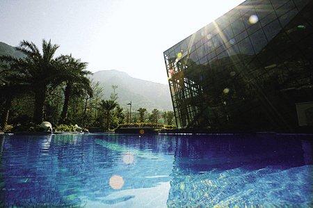 安妮女王近700平米专属泳池绽放蓝水晶之花