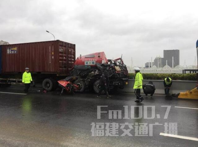 雨天路滑!福州三环连环车祸 八车撞成一团