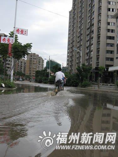 台风来袭榕城 大风又大雨城区道路出现积水