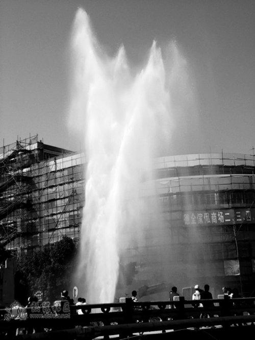 施工又爆水管 德化网友拍下冲天水